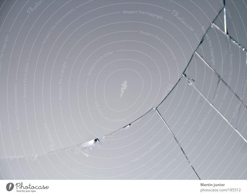 Gut versichert? Ballsport Fenster Fensterscheibe Glasscheibe Spielen toben Aggression kaputt Kraft Sicherheit Schutz friedlich schuldig dumm Wut Ärger