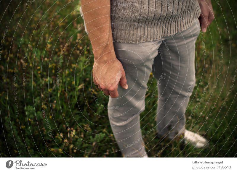 gripsholm Mensch Natur Mann grün Hand Sommer Einsamkeit ruhig Erwachsene Ferne Wiese Leben Freiheit grau Beine Zufriedenheit