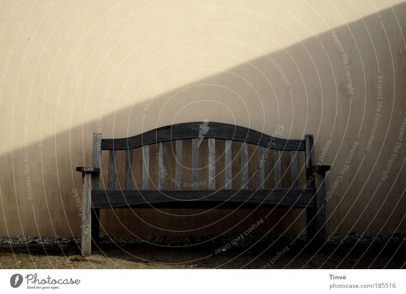 Niederlassung Ausflug ruhig Einsamkeit Erholung Holzbank Gartenbank Bank Sitzgelegenheit Holzstreben verwittert einsam Schattenplatz Ruhesitz Rentnerbank Wand