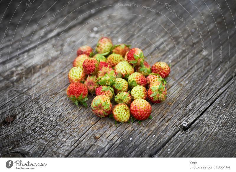 Bündel rote wilde Erdbeere Lebensmittel Frucht Dessert Ernährung Frühstück Bioprodukte Vegetarische Ernährung Diät Gesunde Ernährung Sommer Natur Blatt Holz alt