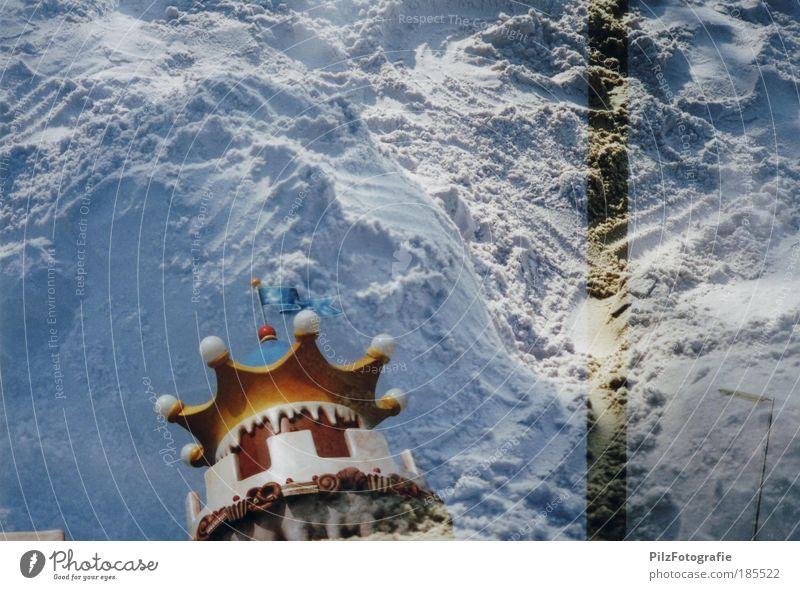 Lebkuchenfrau in der Sandburg blau weiß Sand Gebäude gold Turm Dach Vergänglichkeit Fahne trashig skurril Doppelbelichtung Überraschung Experiment komplex