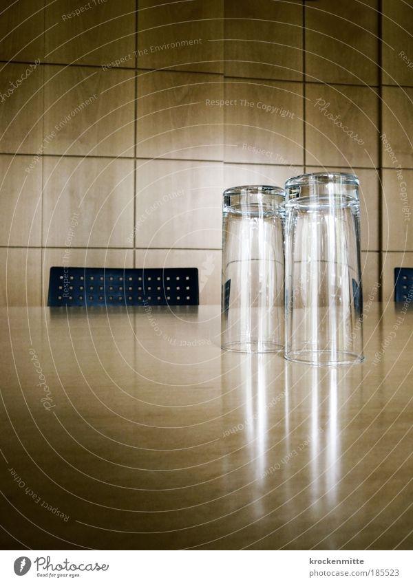 Auf-dem-Trockenen-Sitzung Wand Holz Unternehmen Paar 2 Arbeit & Erwerbstätigkeit Business Glas Erfolg Tisch Schriftzeichen Stuhl Wirtschaft Arbeitsplatz