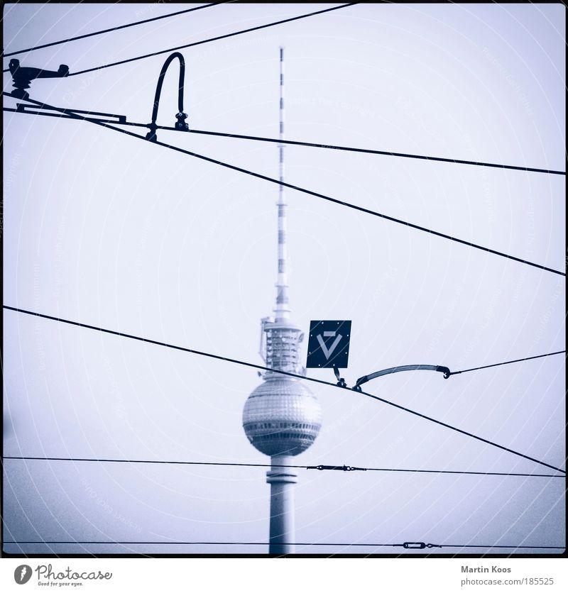 Berliner Fenster kalt Berlin Linie Schilder & Markierungen Ausflug Elektrizität Turm Netzwerk Bauwerk Pfeil Wahrzeichen Hauptstadt Gleise Sehenswürdigkeit Mobilität Straße