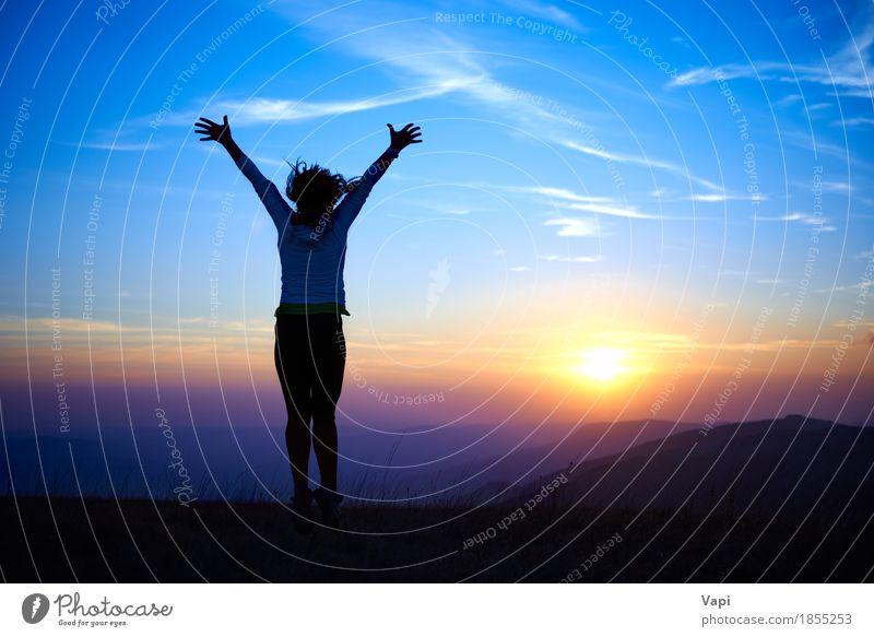 Schattenbild der jungen Frau gegen Sonnenuntergang Mensch Himmel Natur Ferien & Urlaub & Reisen Jugendliche blau Sommer schön Junge Frau weiß Hand Landschaft