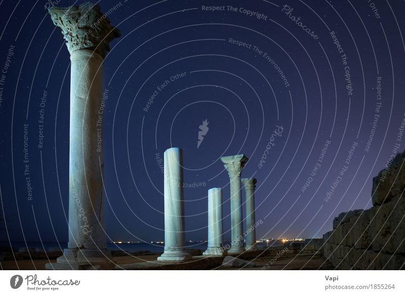 Ruinen von Säulen der alten Stadt unter blauem nächtlichem Himmel Ferien & Urlaub & Reisen Farbe weiß Landschaft Wolken dunkel schwarz Architektur Stein