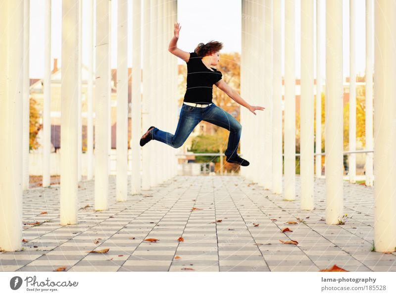 freaky Mensch Jugendliche Freude feminin Herbst Architektur springen Feste & Feiern Frau frei Fröhlichkeit verrückt Unendlichkeit Lebensfreude Idee