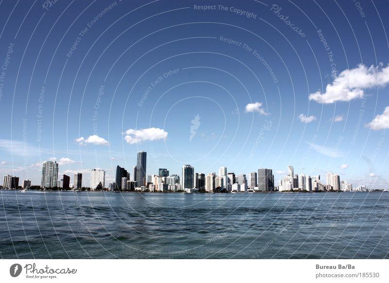 I LOVE MIA Hafenstadt Hochhaus blau Miami Miami Beach Skyline Wasser Meer Wolken Stadt USA Amerika Florida Aussicht Farbfoto Außenaufnahme Weitwinkel