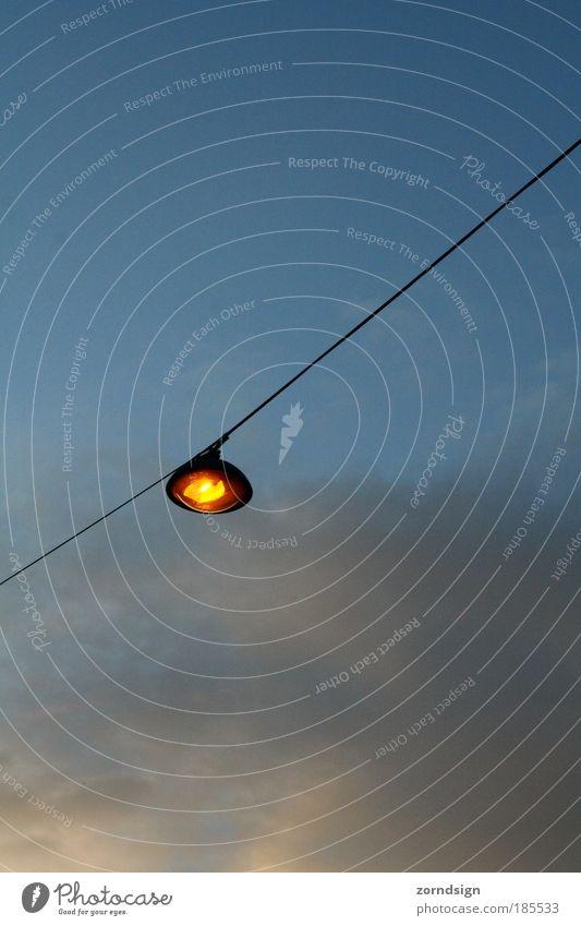 Laterne Menschenleer Perspektive Lampe Himmel Wolken Licht Straße Farbfoto Außenaufnahme Abend Dämmerung