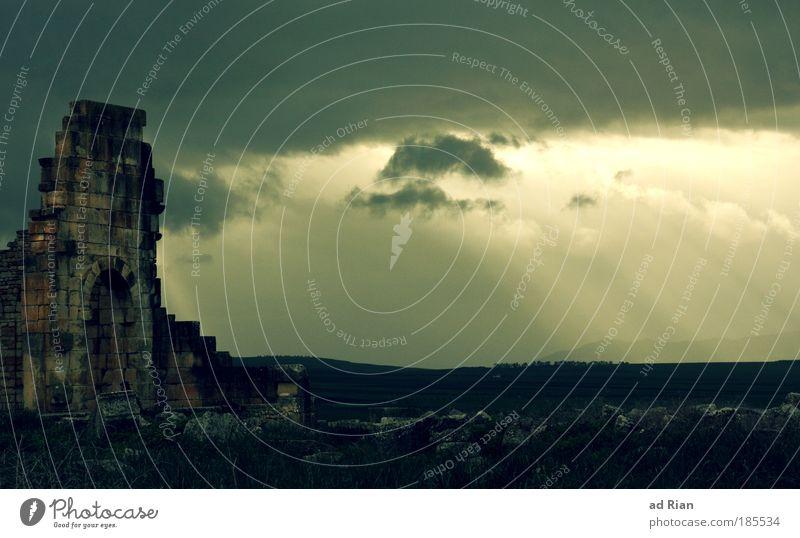 Stargate Landschaft Himmel Wolken Sonne Nebel Regen Altstadt Ruine Tor Bauwerk Denkmal Volubilis Römerzeit Rom Marokko alt ästhetisch bedrohlich dunkel