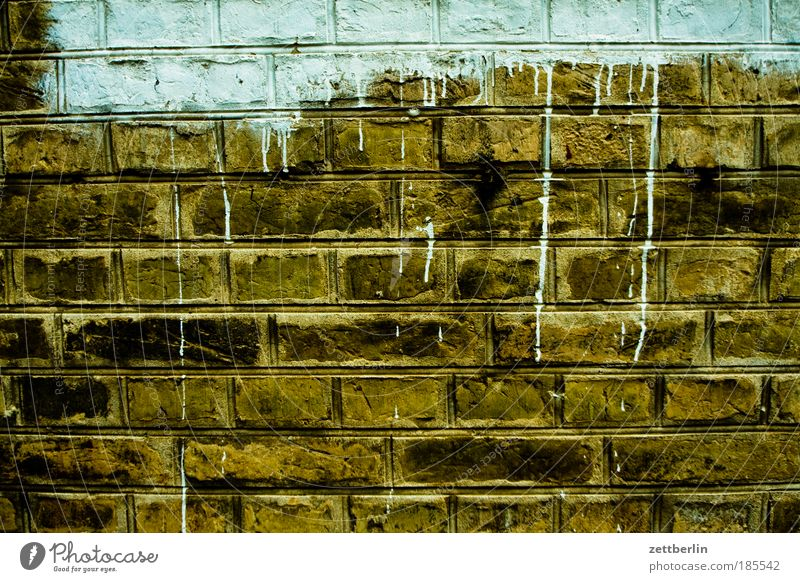 Durchbruch alt Haus Farbe Wand Farbstoff Mauer Baustelle Bauwerk Flucht Renovieren Fuge Textfreiraum Anstrich Modernisierung Mauerstein