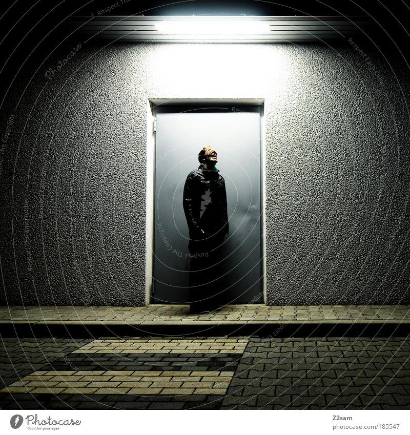 catwalk Katze dunkel Tür maskulin ästhetisch außergewöhnlich stehen Coolness einzigartig Kommunizieren Maske geheimnisvoll gruselig Jacke skurril trashig