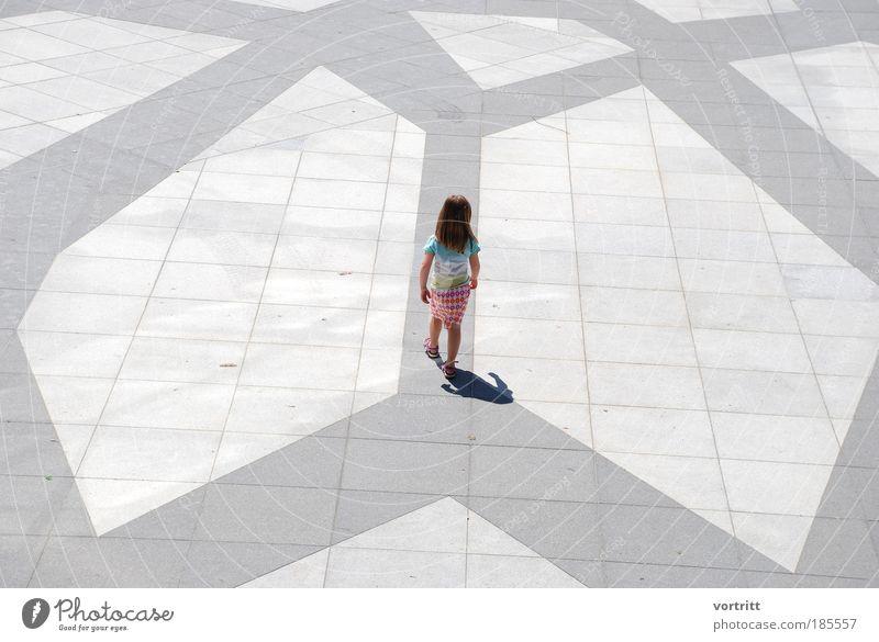 Walk the Line Kind Mädchen 1 Mensch 3-8 Jahre Kindheit Bühne Platz Spielplatz Stein Zeichen Ornament gehen Spielen ästhetisch frisch Stadt grau Einsamkeit