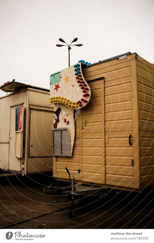DER RUMMEL IST VORBEI alt Himmel Wolken Straße Lampe Straßenverkehr Tür geschlossen Stern (Symbol) trist Laterne Jahrmarkt Camping Parkplatz Fahrzeug Kultur