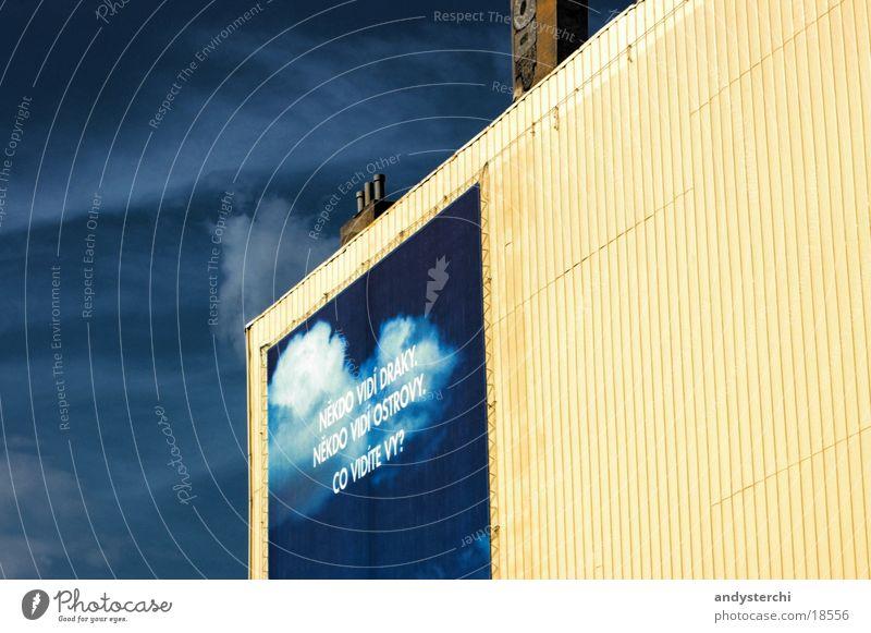 Himmel an der Wand Gebäude Plakat Wolken bemalt gelb groß Furche Fassade Mauer Prag Wort Architektur Lagerhalle Werbung Graffiti blau tschechisch Wolkenschleier