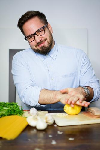 Kochen Mensch alt Gesunde Ernährung ruhig Leben Lifestyle Gesundheit Lebensmittel Wohnung maskulin Häusliches Leben Freizeit & Hobby Zufriedenheit Fitness Fisch