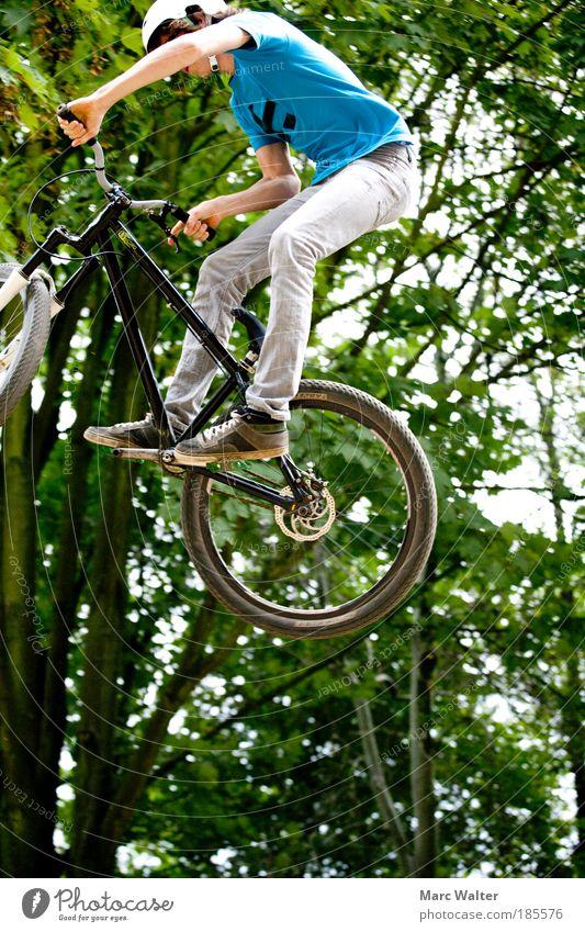 Ausgeflogen Mensch Kind Jugendliche grün blau Freude Sport Bewegung Fahrrad Freizeit & Hobby fliegen Erfolg maskulin Lifestyle Coolness