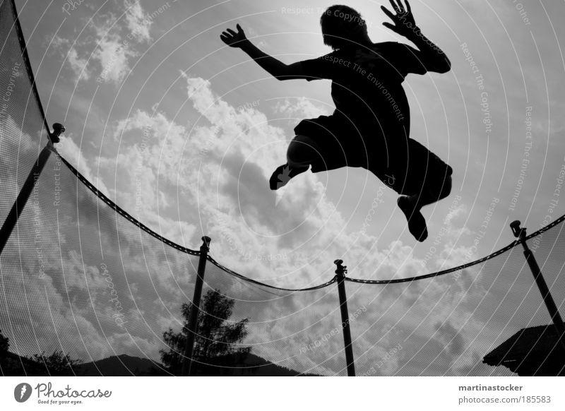 Trampolinsprung2 Freude Freizeit & Hobby trampen Sommer Sport Fitness Sport-Training Sportler Junger Mann Jugendliche 1 Mensch Luft Himmel Wolken Sonne