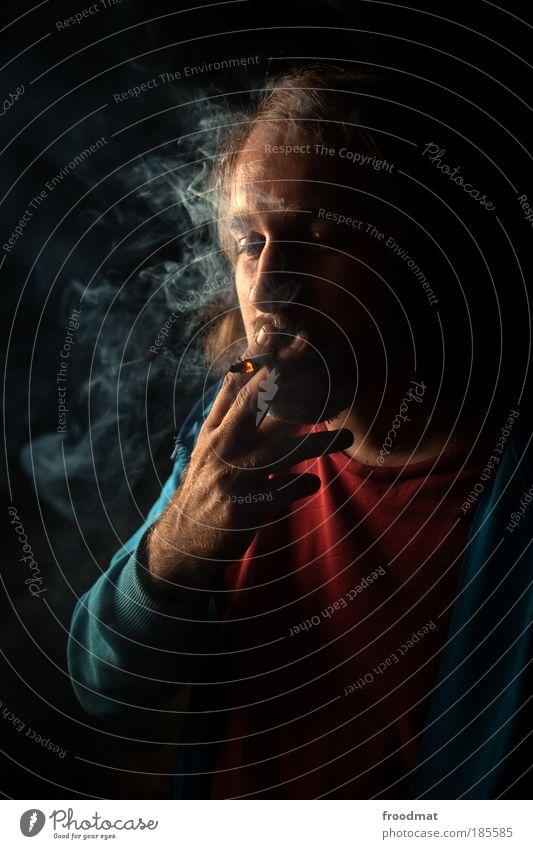 black smoke Mensch maskulin Junger Mann Jugendliche Erwachsene Rauchen authentisch dunkel dumm Genusssucht Hemmungslosigkeit verschwenden Drogensucht Erholung