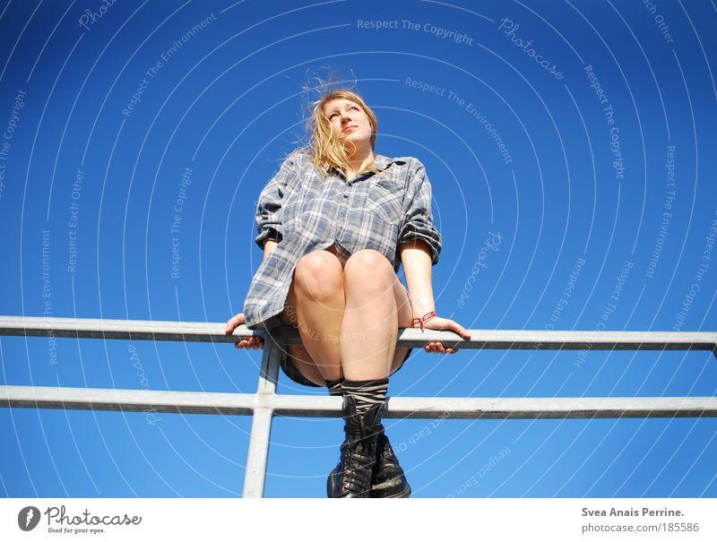 Es ist schön das Leben Mensch Himmel Jugendliche blau Sommer Freude Erwachsene feminin Stil Beine träumen hell blond verrückt Hoffnung Schuhe