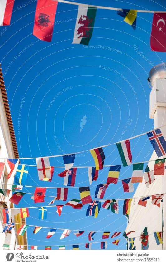 Gemeinschaft Stadtzentrum Altstadt Mauer Wand Straße Straßenkreuzung Fahne Gesellschaft (Soziologie) Zusammenhalt Europa Europafahne Himmel Symbole & Metaphern