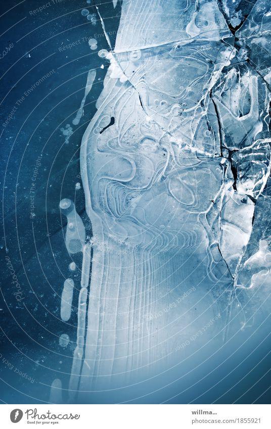 Halbgefrorenes Winter Eis Frost kalt blau weiß Eisfläche Teich See Pfütze Farbfoto Außenaufnahme Strukturen & Formen