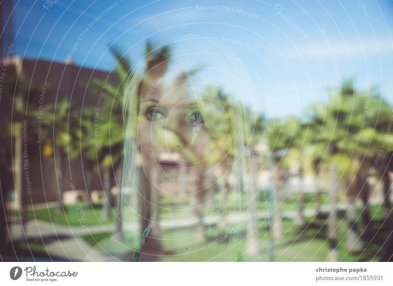 Rückblickend betrachtet Ferien & Urlaub & Reisen Tourismus Freiheit Sightseeing Sommer Sommerurlaub feminin Junge Frau Jugendliche Gesicht 1 Mensch 18-30 Jahre