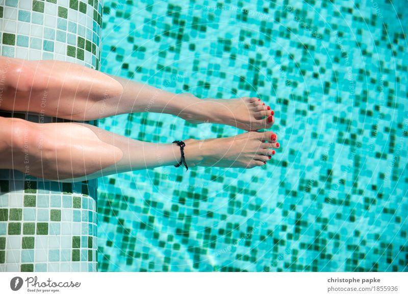 weibliche Füße mit rotem Nagellack in Pool Fuß Ferien & Urlaub & Reisen Tourismus Sommer Sommerurlaub Sonnenbad Schwimmbad feminin Frau Erwachsene Beine 1
