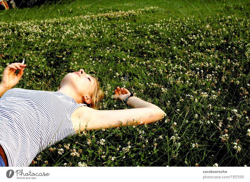 kupfer-dreh Glück Rauchen Sonnenbad feminin Junge Frau Jugendliche 1 Mensch Sommer Gras Wildpflanze Wiese Erholung fallen genießen Laster Gelassenheit