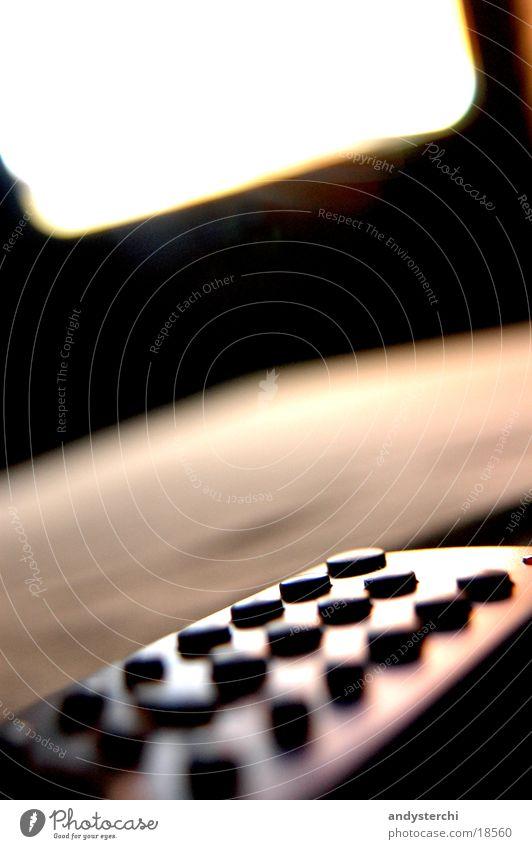 Remote Controll Lampe hell Fernseher Fernsehen Bild Dinge Kiste Knöpfe Gerät schimmern Funktechnik Infrarotaufnahme Elektronik Bewusstseinsstörung