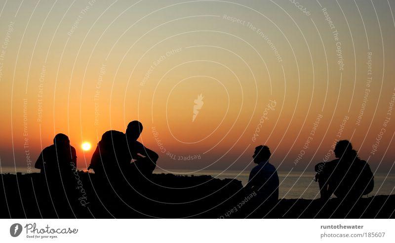 Jungs ins Gespräch vertieft Mensch Jugendliche Wasser Himmel Meer Sommer Ferien & Urlaub & Reisen Ferne Freiheit Menschengruppe Denken Landschaft Freundschaft