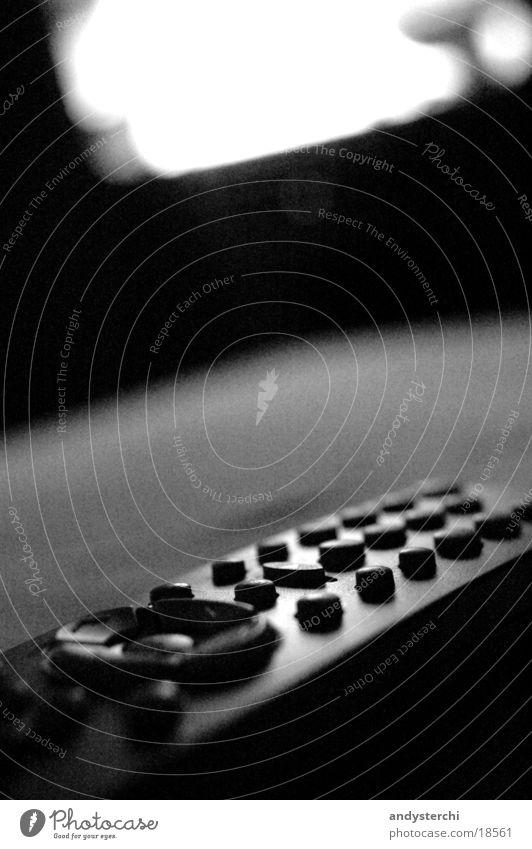 Fernbedinung Lampe hell Fernseher Fernsehen Bild Dinge Kiste Knöpfe Gerät schimmern Funktechnik Infrarotaufnahme Elektronik Bewusstseinsstörung Elektrisches Gerät
