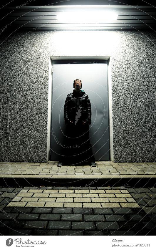 catwalk Katze dunkel Kunst Tür maskulin ästhetisch außergewöhnlich stehen Coolness einzigartig Jeanshose Maske geheimnisvoll Jacke skurril trashig