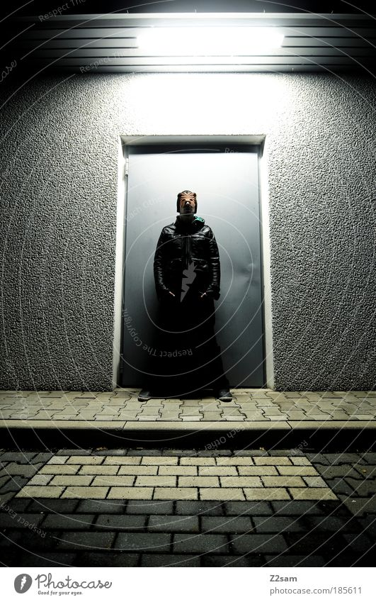 catwalk maskulin Tür Jeanshose Jacke Leder stehen ästhetisch außergewöhnlich Coolness dunkel einzigartig rebellisch trashig selbstbewußt geheimnisvoll Kunst