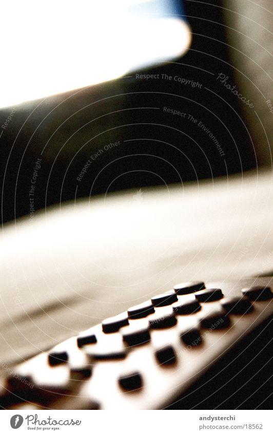 Watch TV Lampe hell Fernseher Fernsehen Bild Dinge Kiste Knöpfe Gerät schimmern Funktechnik Infrarotaufnahme Elektronik Bewusstseinsstörung Elektrisches Gerät