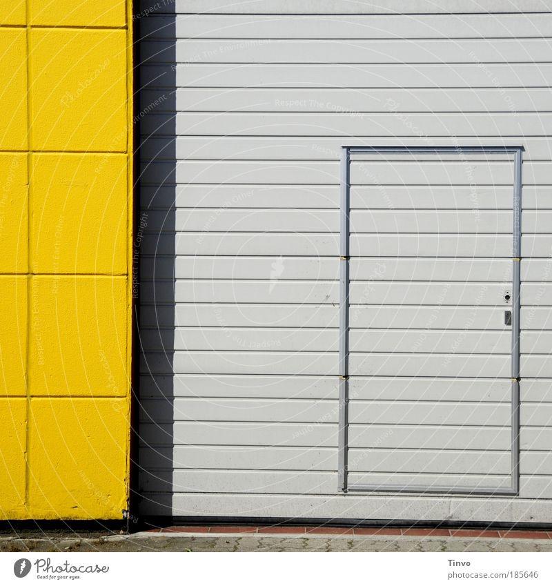 Noteingang gelb Wand grau Mauer Gebäude Tür Fassade geschlossen Eingang Industrieanlage graphisch kariert gestreift Ausgang Eingangstür Gebäudeteil