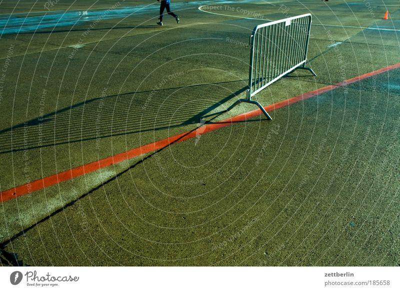 Absperrmaßnahme Barriere Pferch Gitter Absperrgitter Grenze Trennung Abtrennung Verbote Zone Beton Parkplatz Strukturen & Formen Linie Farbe aquaplaning