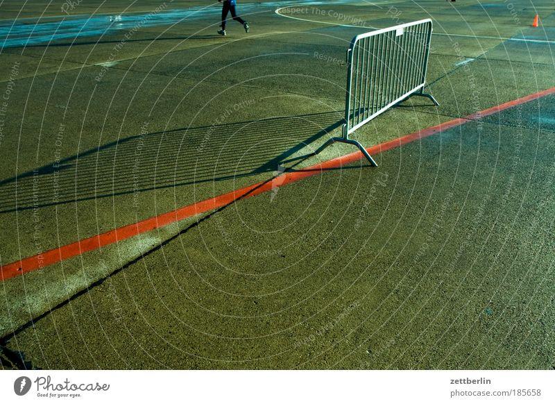 Absperrmaßnahme Mensch Farbe Linie Beine gehen laufen Beton Schilder & Markierungen Laufsport Grenze machen Barriere Parkplatz Verbote Trennung fließen