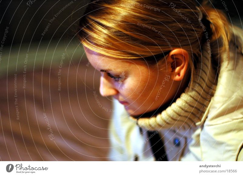 Guckst du was? Frau Haare & Frisuren Kopf glänzend blond beobachten Jacke Kragen
