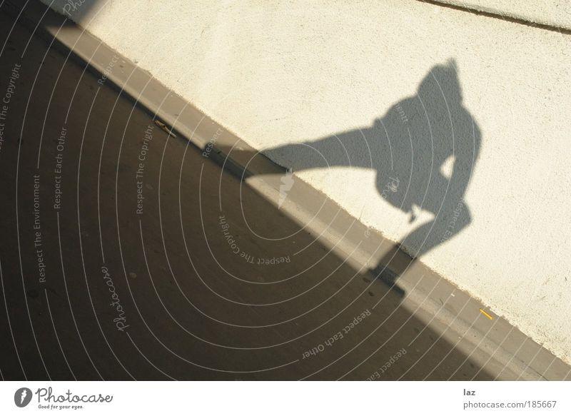 Sliderman Lifestyle Mensch maskulin 1 Mauer Wand Fassade braun Leben diszipliniert Leidenschaft Farbfoto Außenaufnahme Abend Licht Schatten Kontrast Silhouette