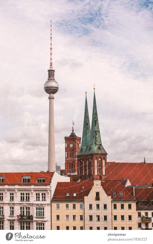 Hoch hinaus Himmel Ferien & Urlaub & Reisen Stadt Wolken Haus Architektur Berlin Gebäude Deutschland Tourismus Hochhaus Kirche Turm Bauwerk entdecken