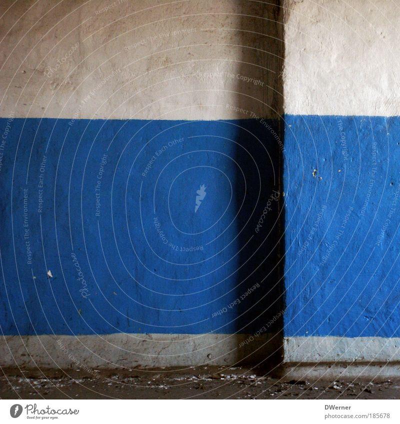 Blauweißblauweiß 2 Einsamkeit Haus dunkel kalt Graffiti Wand Mauer Gebäude Stil Kunst Fassade Wohnung dreckig Häusliches Leben Schilder & Markierungen