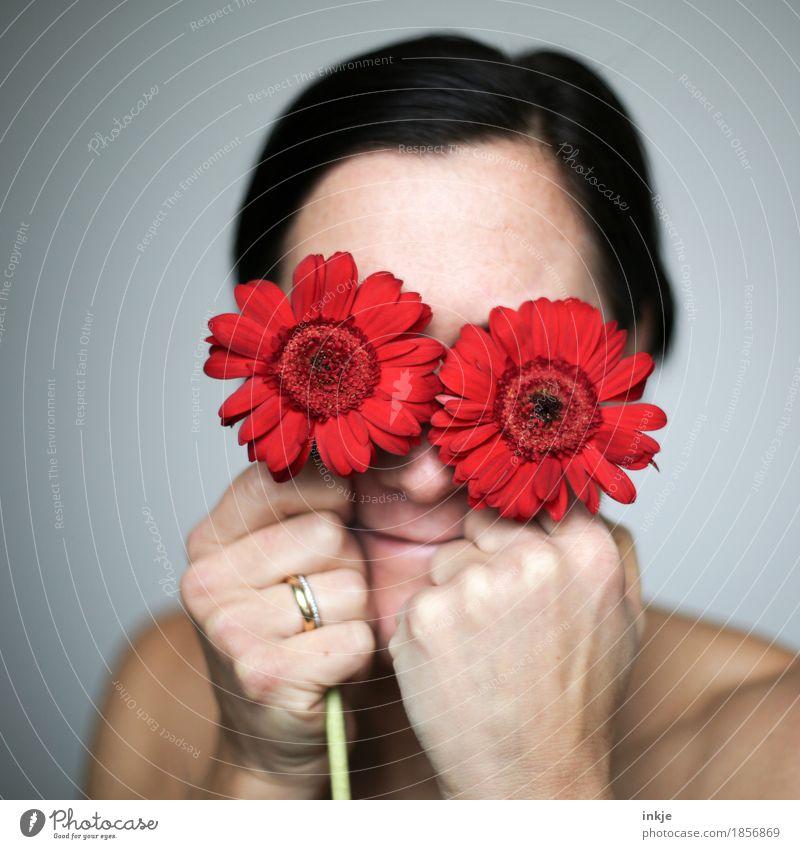joy Mensch Frau schön Blume rot Freude Gesicht Erwachsene Leben Gefühle Lifestyle feminin Gesundheit Zufriedenheit 45-60 Jahre Fröhlichkeit