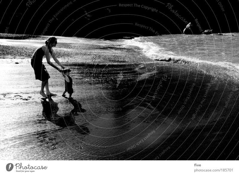 two Mensch Kind Baby Kleinkind Eltern Erwachsene Mutter Wasser Sommer Wellen Strand Meer gehen laufen Blick stehen Freude Glück Spanien Teneriffa