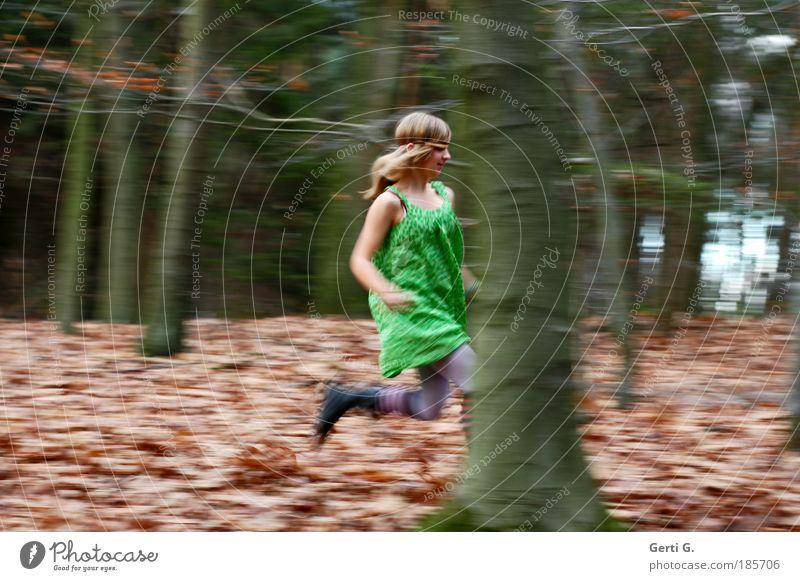 WaldLauf Mensch Natur Jugendliche Baum Wald Herbst feminin Bewegung Haare & Frisuren blond laufen wandern rennen Bekleidung Umwelt Schuhe