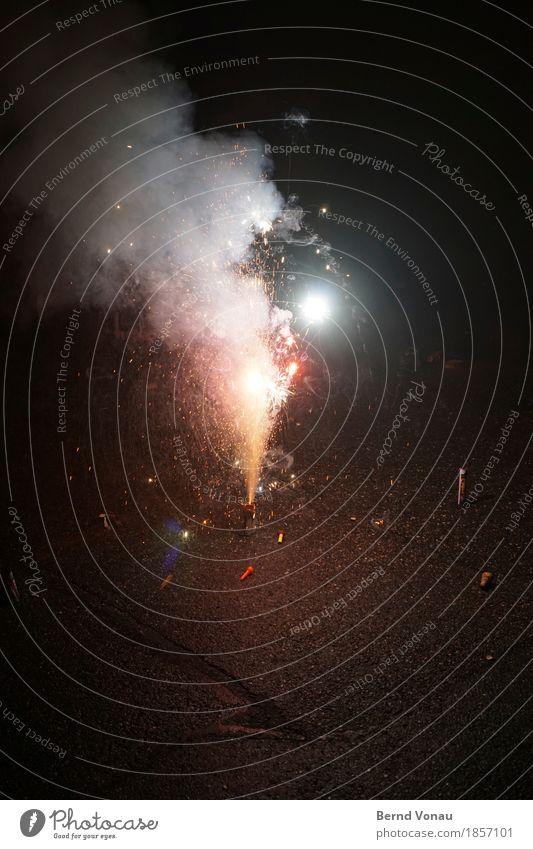 Der Knaller Party Feste & Feiern Freude Optimismus Feuerwerk Silvester u. Neujahr sprühen Funken hell gefährlich Asphalt Pyrotechnik Neujahrsfest peng Rauch