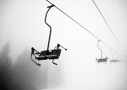 TALFAHRT Natur Winter Schnee Berge u. Gebirge Freiheit Schneefall Nebel Alpen Skier Schwarzweißfoto Personenverkehr Skilift Skipiste Sesselbahn Seilbahn