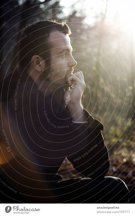 herbst Mensch Mann Natur Hand Einsamkeit ruhig Gesicht Erwachsene Erholung Wald Kopf Traurigkeit Denken träumen Zufriedenheit maskulin