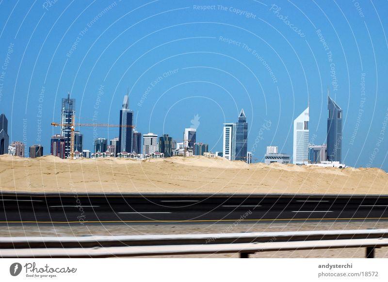 Small Skyline Hochhaus Dubai Stadtzentrum Architektur emirates towers wüse Sand Straße