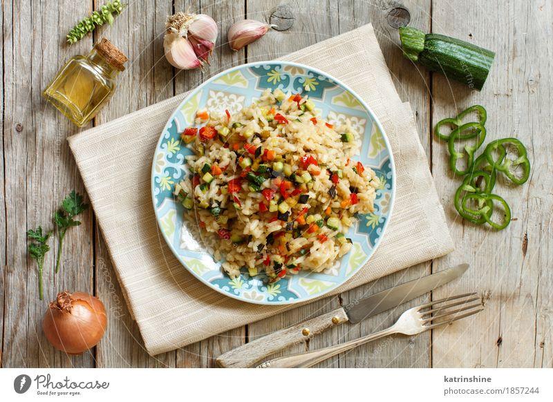 Risotto mit Gemüse auf einem Holztisch Speise Ernährung Kräuter & Gewürze kochen & garen lecker Getreide Teller Flasche Abendessen Messer Mahlzeit