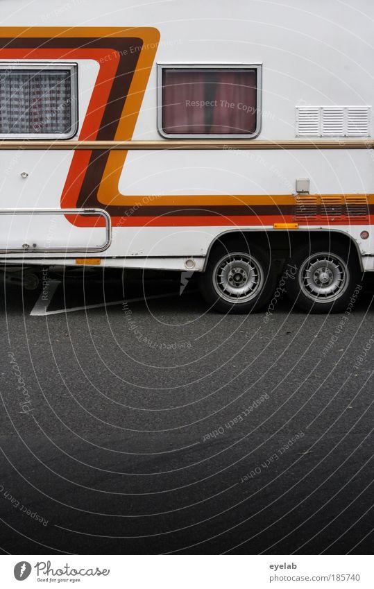 Z Platz Mauer Wand Fassade Fenster Verkehr Verkehrsmittel Verkehrswege Personenverkehr Straßenverkehr Autofahren Zeichen Schriftzeichen Ornament hässlich Kitsch